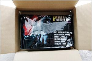 パーフェクトパンププロテイン・ミックスベリー味が梱包された箱に入っている様子