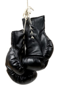 紐式の黒いボクシンググローブ