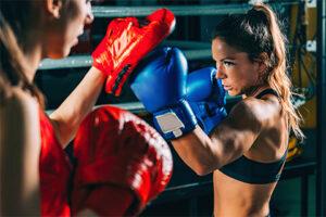 パンチミットを打っている女性ボクサー