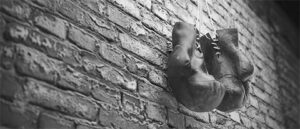 壁に吊るされたボクシンググローブ