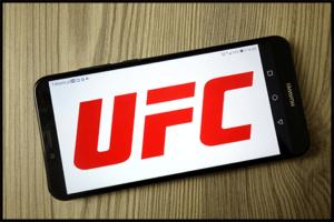 UFCをスマホで視聴する様子