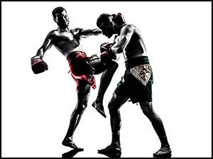 格闘技の試合で膝蹴りを打っている選手